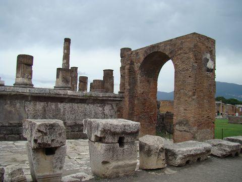 Drusův oblouk se zbytky Jupiterova chrámu