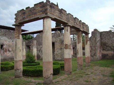 vchod do jedné z nejrozsáhlejsích vil v Pompejích