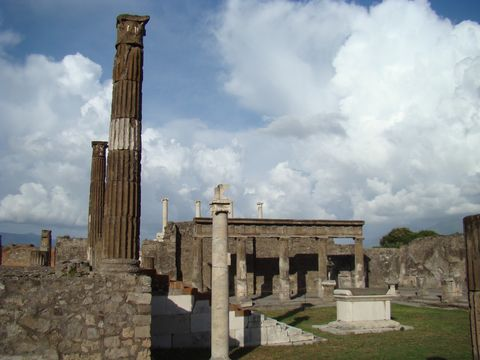 zbytky Apollónovy svatyně a oltáře