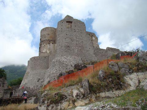 na vrcholu kopce je tisíciletý hrad