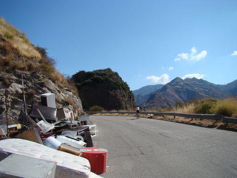 skládka odpadu na silnici