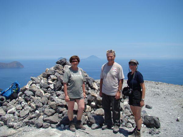 na nejvyssím bodě ostrova Vulcano (v pozadí Stromboli)