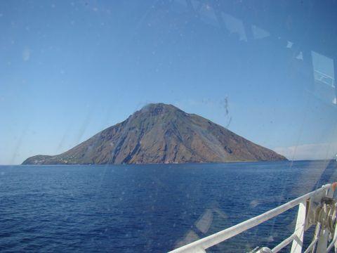 trajekt přijízdí ke Stromboli
