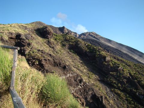 vpravo nahoře je okraj kráteru