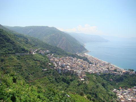 silnice vede úbočím kopců nad mořem