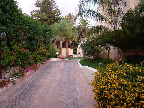 za bránou zahrady domu prominenta