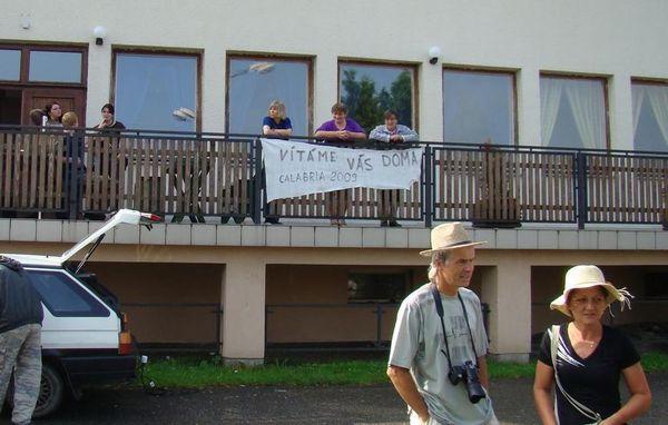 vítací transparent na vilické hospodě, v popředí starosta Mirek Břenda s manzelkou
