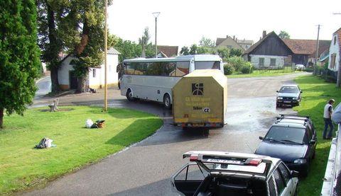 autobus s přívěsem na vilické návsi
