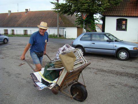 účastník zájezdu z Vilic odvází svoje zavazadla domů