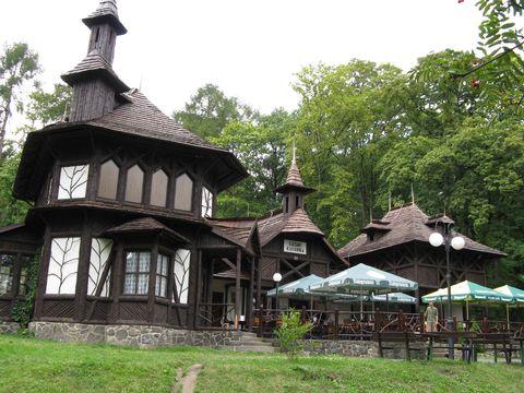 procházka překrásným parkem můľe mít cíl v obnovené Lesní kavárně