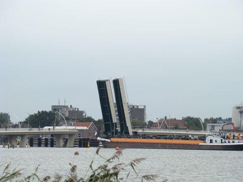 zvednutý most umozní průjezd lodi