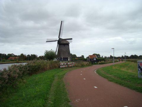 kanál, cyklostezka a pastviny - bězný obrázek