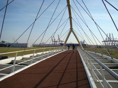 do přístavu Zaanstad postavili pro cyklisty přístupový most