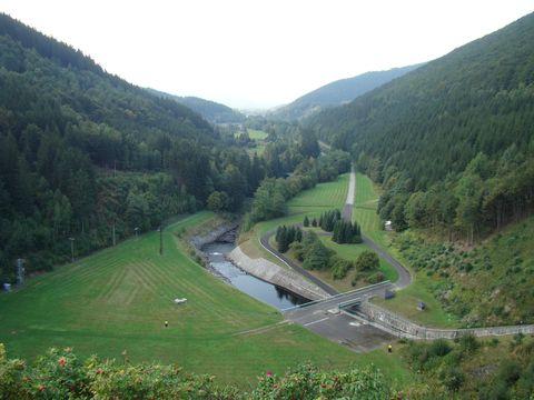 pohled z hráze do údolí