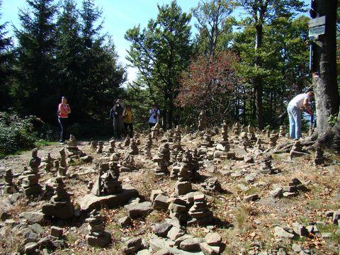 kamínky pro stěstí na vrcholu Tanečnice