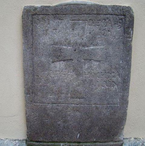 pravděpodobně vrchní část náhrobní desky, letopočet 1712