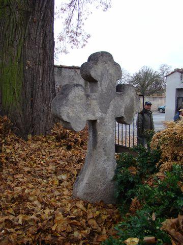 křízový kámen u vchodu na hřbitov v Sedlci
