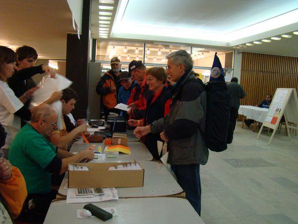 odbavený účastník je označen papírovým náramkem