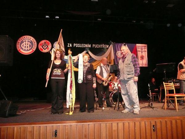 pořadatelé z Mladé Boleslavi předávají insignie