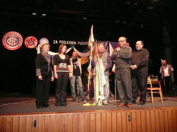 zástupce z KČT Vizovice přebral odznaky práva pořádat PP 2010