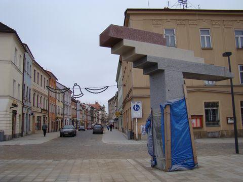 Benesova ulice vede na náměstí