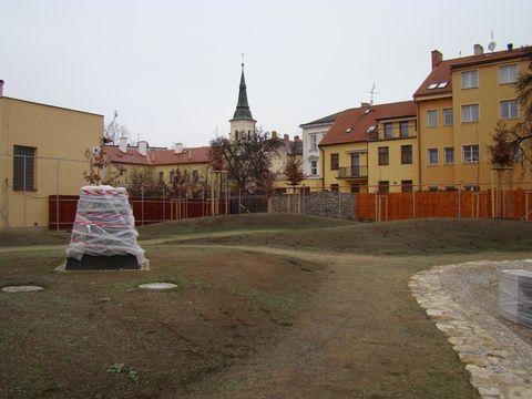 podstavec pro sochu stojí na zvlněné krajině Vysočiny