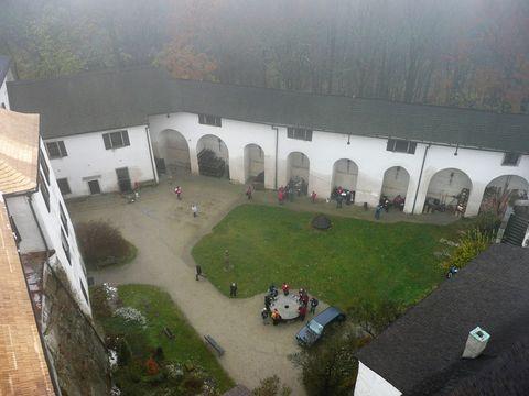 nádvoří hradu Rostejn z věze