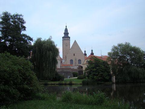 kostel sv. Jakuba v podvečerním stmívání