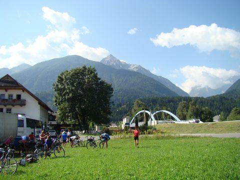 zde u mostu v Kötschachu začíná Karnská cyklostezka