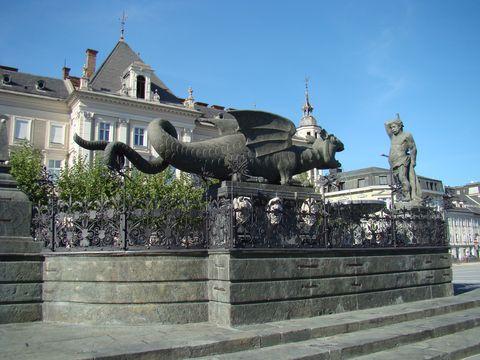 drak a Herkules na náměstí v Klagenfurtu