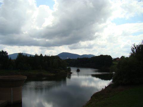 Humenická přehrada, v pozadí zleva Vysoká, nad Dobrou Vodou Kraví hora