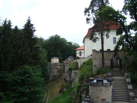 přední část hradu s kostelem sv. Jana Nepomuckého