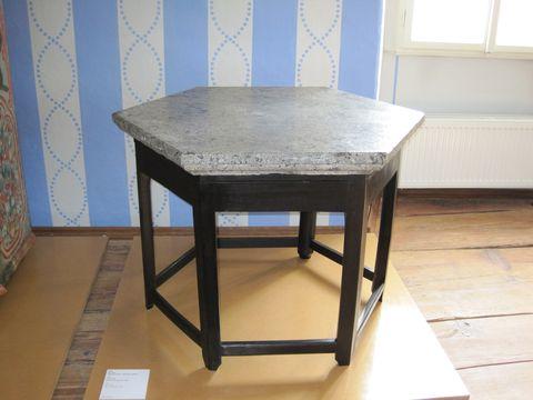 stůl s kamennou deskou