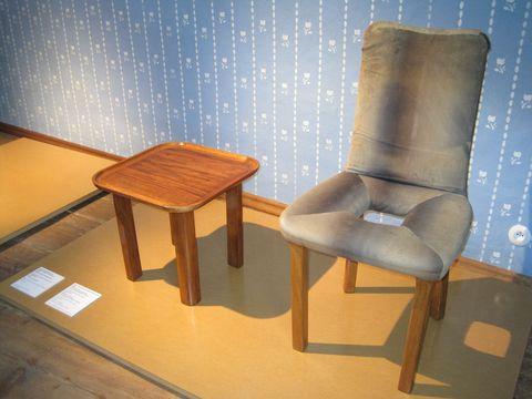 stoleček z ořechového dřeva a zajímavá zidle