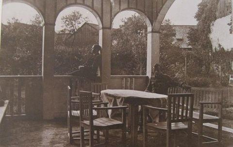 stará fotografie-pohled z altánu na dvůr