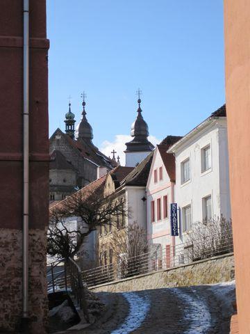 křes»anská bazilika sv. Prokopa v pozadí