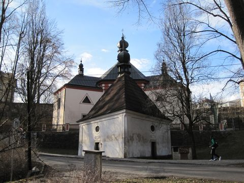 kostel Nejsvětějsí Trojice, v popředí kaple sv. Kříze