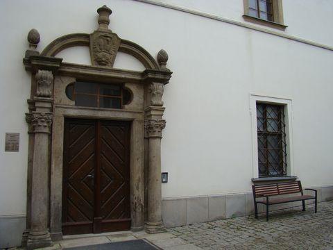 vchod do bývalého gymnázia, dnes je zde knihovna