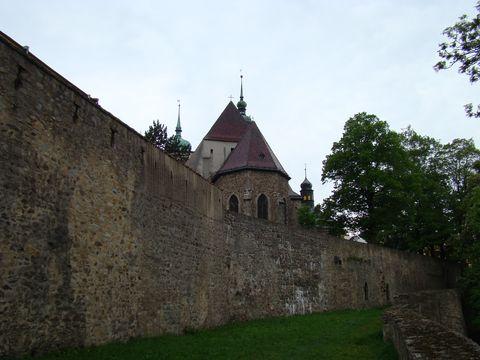 kostel sv. Jakuba z parkánu nad Heulosem
