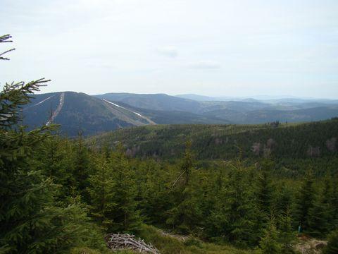 Čertova hora se sjezdovkami v moři lesů