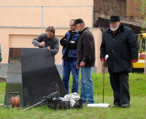 příprava k osazení sochy na podstavec