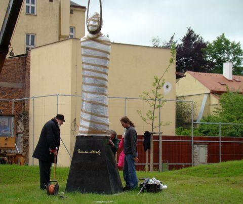 instalace sochy v jihlavském parku - 1.6.2010