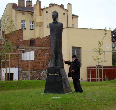 autor vyprovází sochu do života