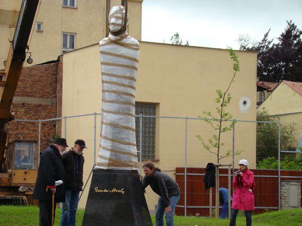 vlevo je Mistr Koblasa a pan Sovinec, který sochu ve své slévárně odlil