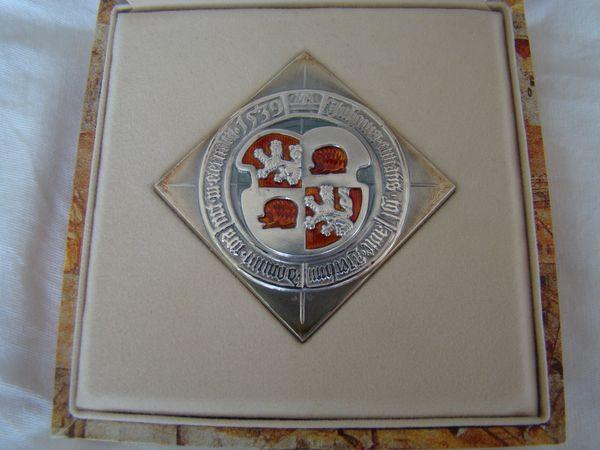 stříbrná plaketa s jihlavským znakem