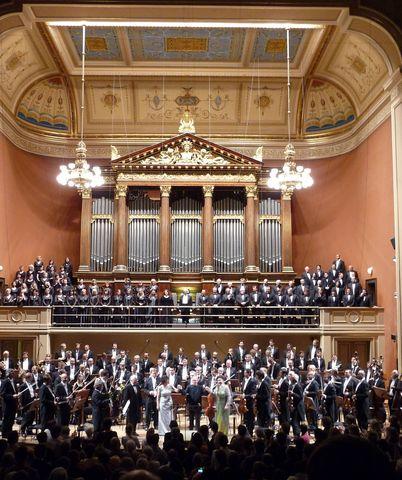 ovace po skončení Druhé symfonie GM, kterou provedla ČF řízená Christophem Eschenbachem