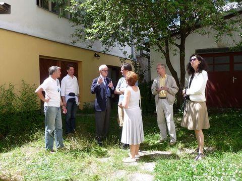 na dvoře domu, kde rodina Mahlerova bydlela