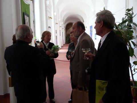 na chodbě hotelu Gustav Mahler - přípitek na oslavu dokončení několikaleté práce