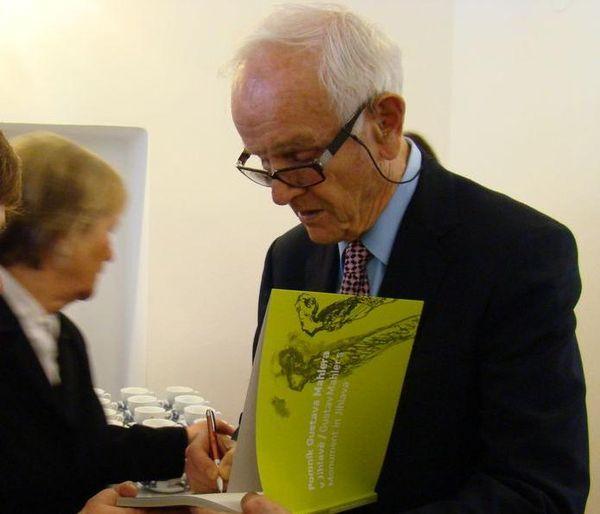 muzikolog profesor de La Grange podepisuje sborník Pomník Gustava Mahlera v Jihlavě