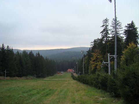 druhá polovina sjezdovky na Čeřínku, v pozadí Mesnice